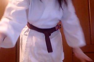 La tua insegnante di Karate ti obbliga a succhiare i suoi piedi sporchi e ti prende a calci lurido segaiolo di merda!