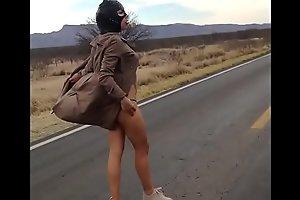 Semidesnuda por la carretera